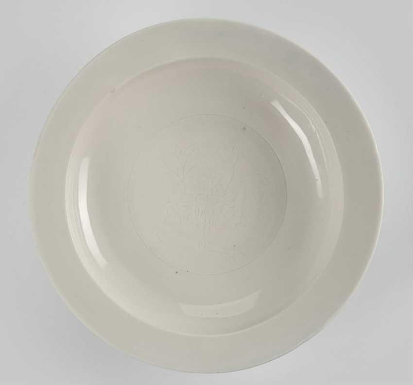 'Dehua'-plate with engraved peony decoration - photo 1