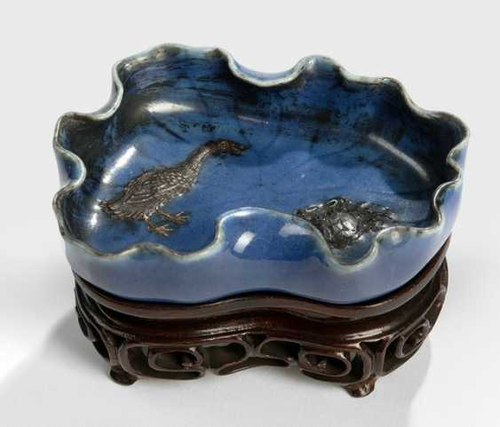 Brush washer porcelain, in the Form of a Lotus leaf with dark blue glaze - photo 1