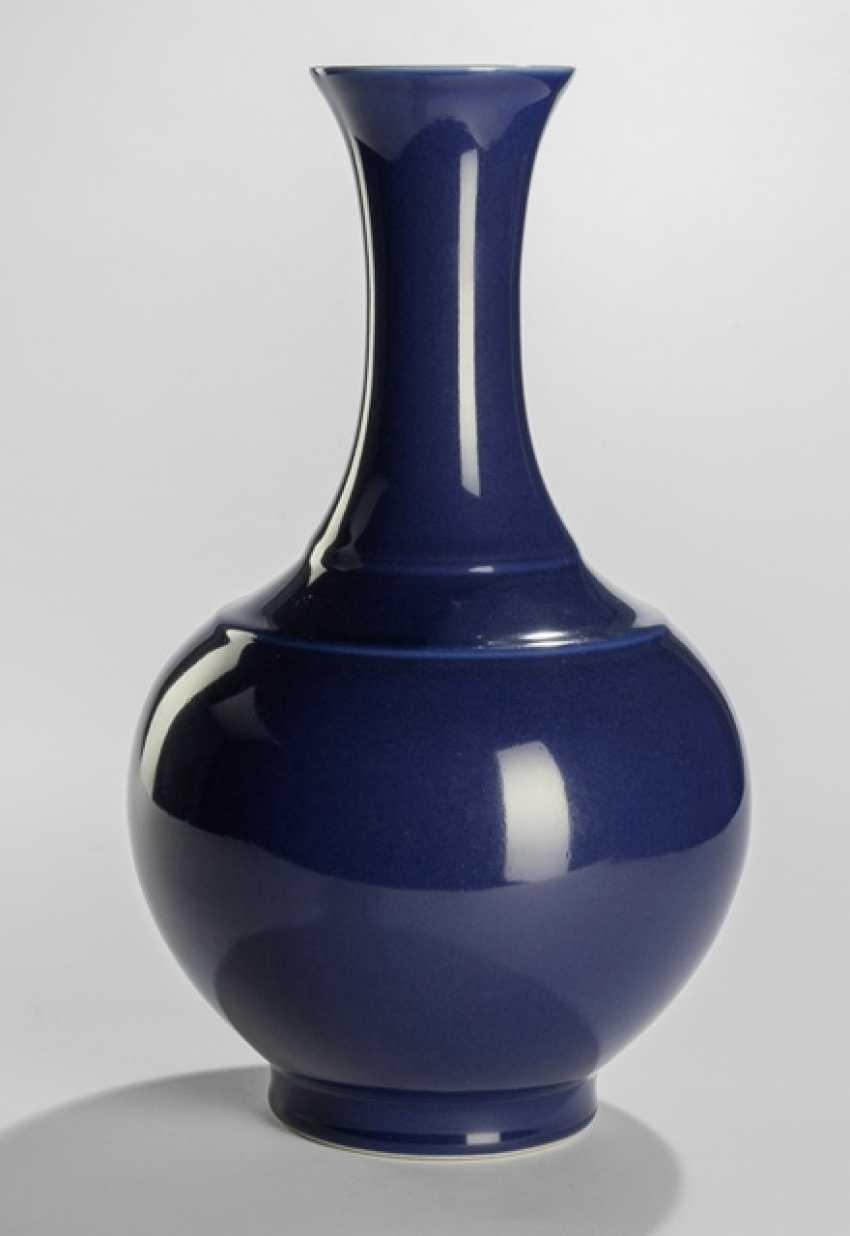 Monochrome blau glasierte Vase - Foto 1