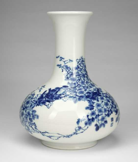 Excellent Vase made of porcelain with underglaze blue decoration of plum blossoms and birds - photo 1
