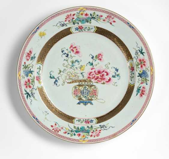 A large 'Famille rose'plate with decor of a flower basket with peony - photo 1