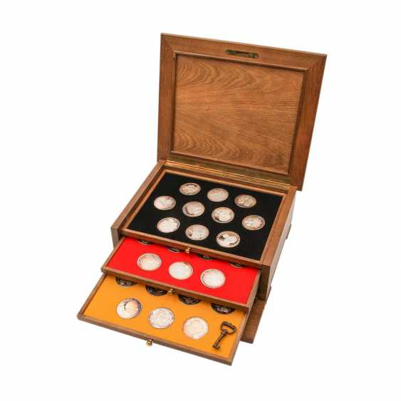 Patriotic wooden box with silver medals - - photo 1