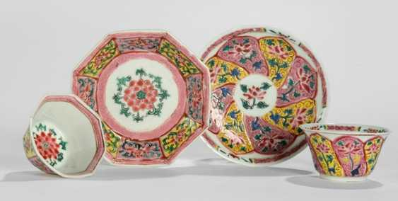 Two round and two octagonal coupling with saucers with floral 'Famille rose'-Dekor - photo 1