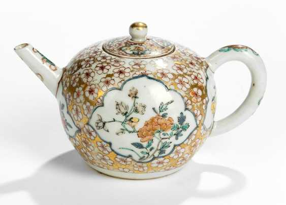 Small bullet-shaped teapot, with decoration of flowers in eight passigen cartridges - photo 1