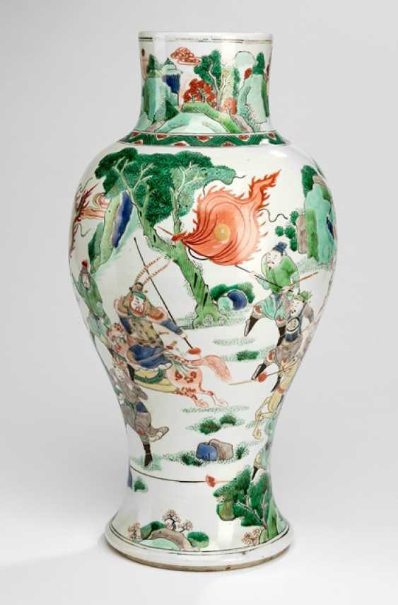 'Famille verte'Vase made of porcelain with a battle scene - photo 1
