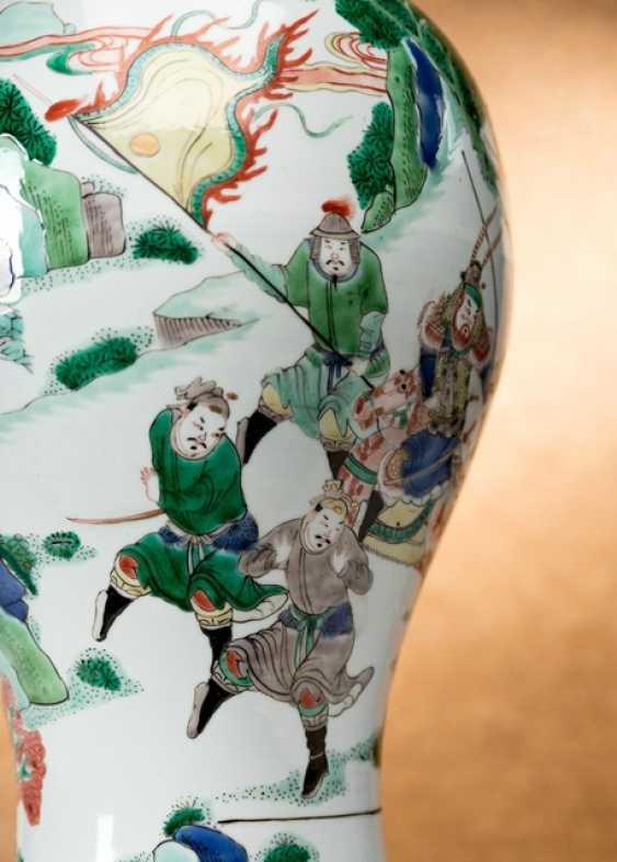 'Famille verte'Vase made of porcelain with a battle scene - photo 2