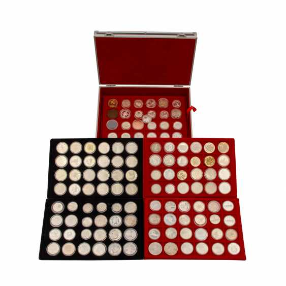 Aluminium case world coins - Approx. 100 pieces of mostly silver coins, - photo 1