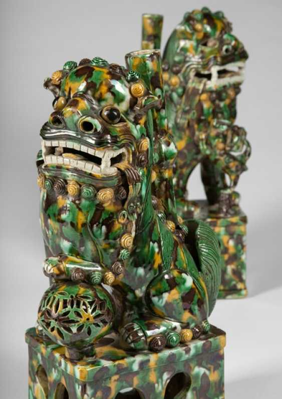 Pair of 'Sancai'-glazed incense holders in the Form of a Buddhist guardian lions - photo 2