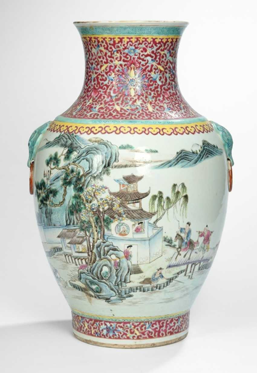 Wide shoulder vase with Famille rose decor of a homecoming scene - photo 1