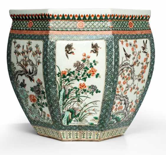 Paar große oktogonale Cachepots mit 'Famille verte'-Dekor von verschiedene Blumen und Vögeln - photo 1