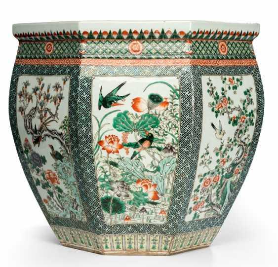Paar große oktogonale Cachepots mit 'Famille verte'-Dekor von verschiedene Blumen und Vögeln - photo 2