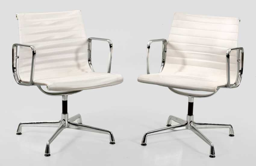 Pair of armchairs by Charles Eames - photo 1
