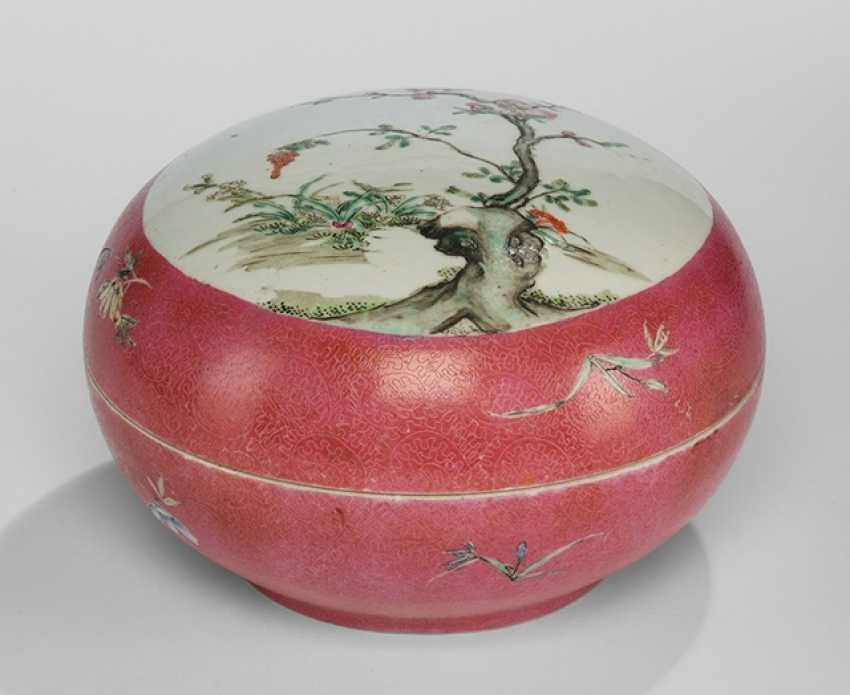 Large lidded box made of porcelain with Famille rose decor of flowering branches - photo 1