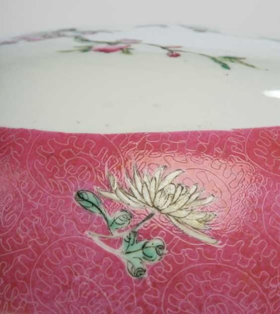 Large lidded box made of porcelain with Famille rose decor of flowering branches - photo 3