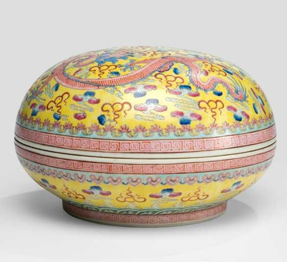 Large yellow basis lid bowl made of porcelain with Famille rose decor of dragons - photo 2