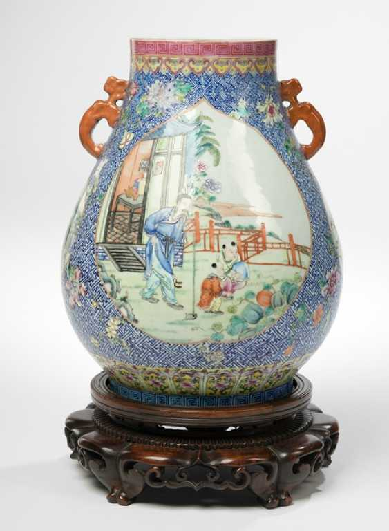 'Hu'shaped Vase with figure representations in the colours of the 'Famille rose' - photo 1