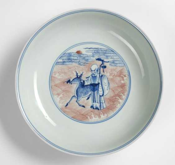 Plate with the 8 Daoist Immortals and Shoulao in copper red and underglaze blue - photo 1