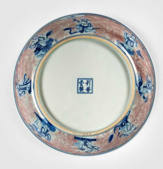 Plate with the 8 Daoist Immortals and Shoulao in copper red and underglaze blue - photo 2