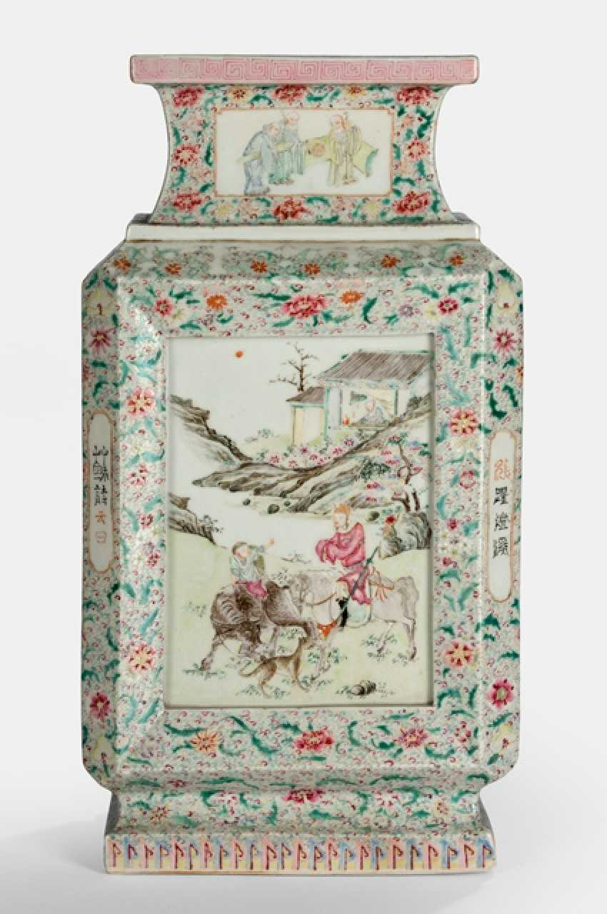 Fine polychrome decorated Vase, made of porcelain with a battle scene - photo 1