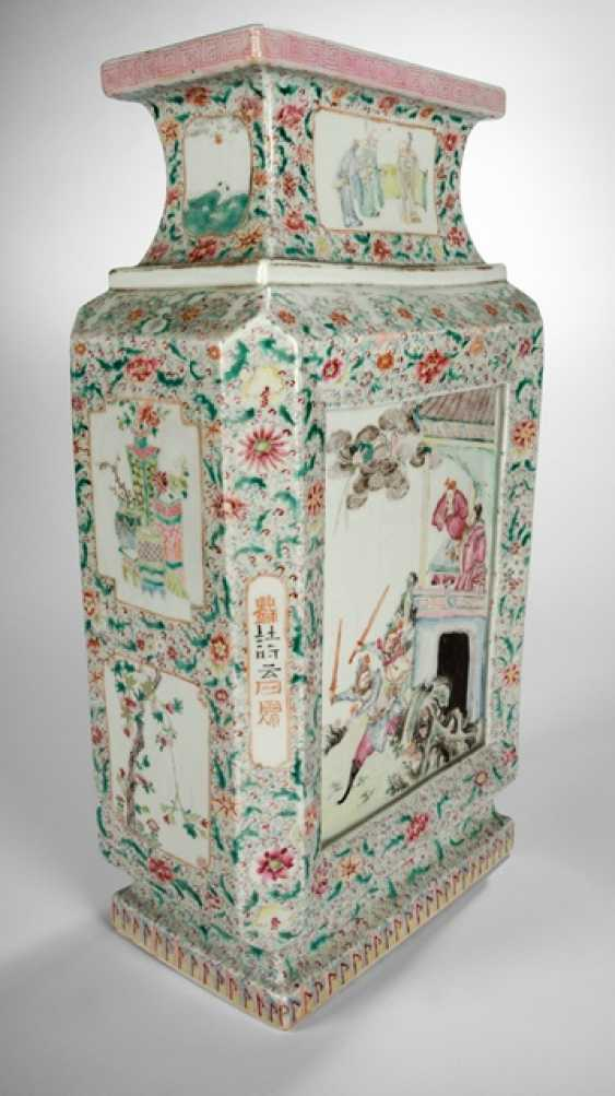 Fine polychrome decorated Vase, made of porcelain with a battle scene - photo 2