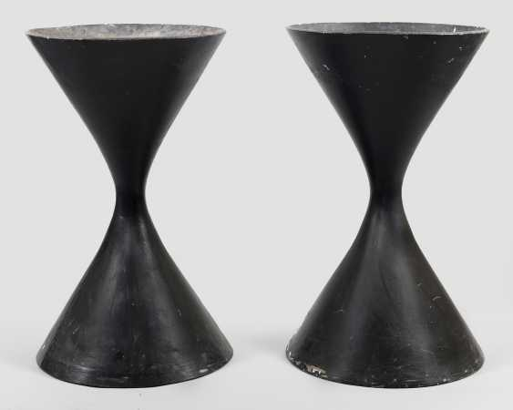 Pair of large spindle-planters by Willy Guhl - photo 1
