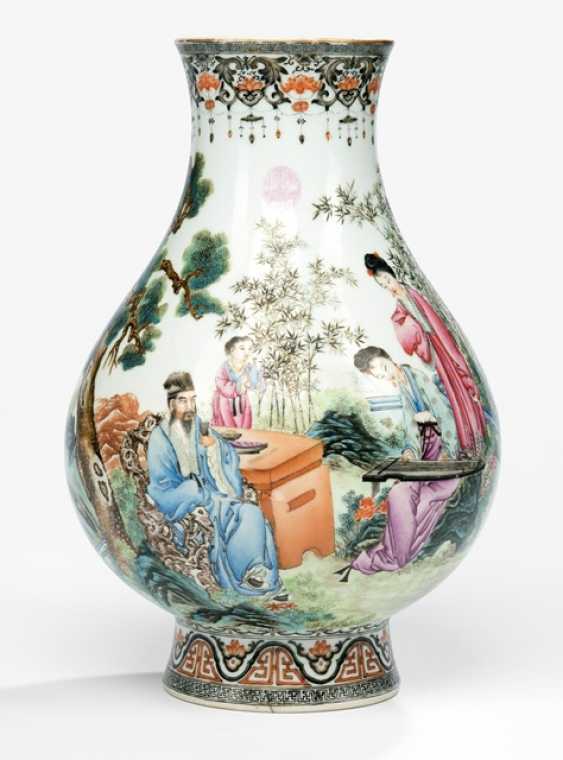 A fine 'Famille rose'-Vase with a garden scene of a musician, Qianlong seal and a poem - photo 1