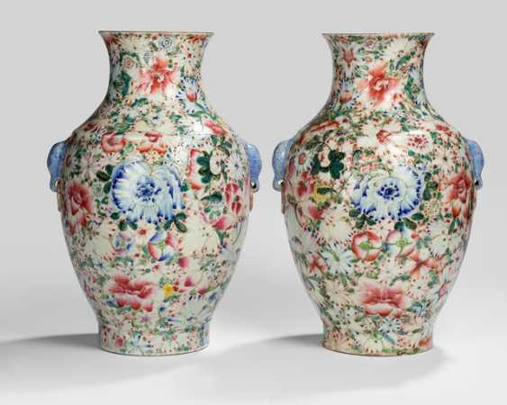 Pair of 'Famille rose'-vase with Mille Fleur decoration and elephant head Handle - photo 1