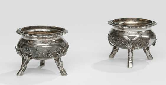 Pair of spice bowls made of silver with the boys, bamboo and flowers, on three legs - photo 1
