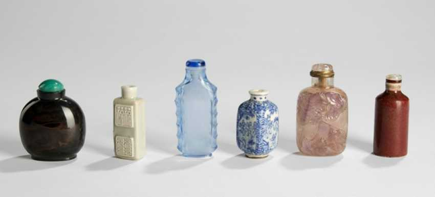Six Snuffbottles made of glass, porcelain and Amethyst - photo 1