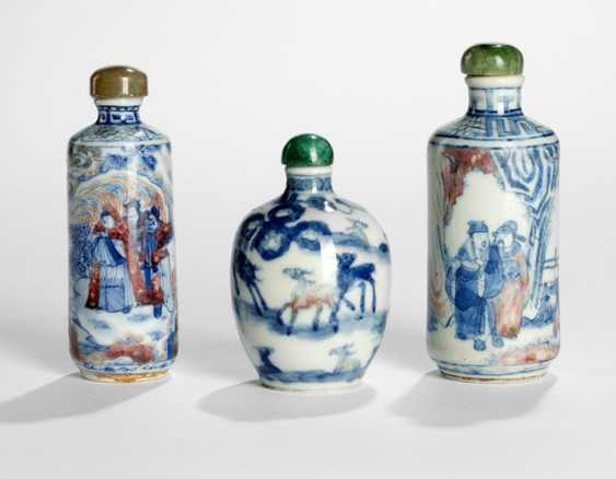 Three Snuffbottles made of porcelain with under-glaze red and blue decoration - photo 1