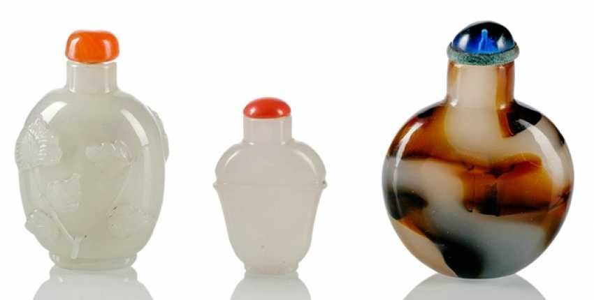Three Snuffbottles made of glass in Imitation of Jade and agate - photo 1