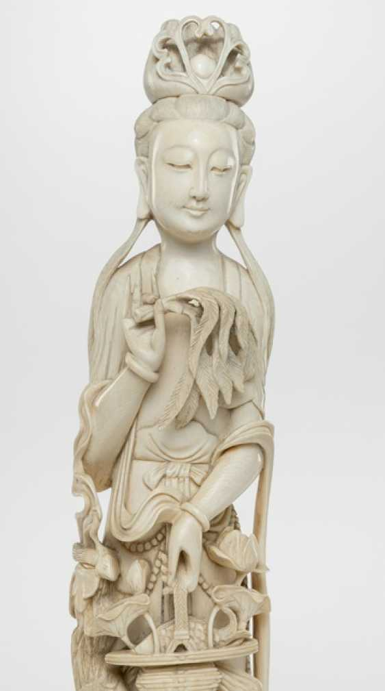 Ivory carving of an Immortal with flower basket, Wedel, and Phoenix - photo 2