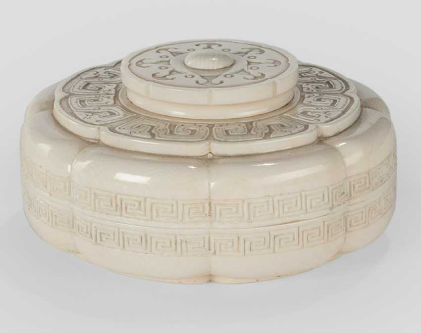 The flower-shaped lid box made of ivory with archaisierendem decor - photo 1