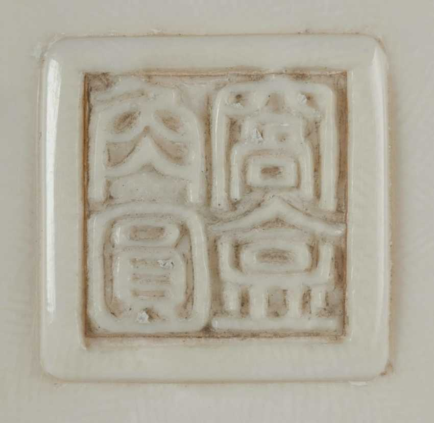 The flower-shaped lid box made of ivory with archaisierendem decor - photo 2