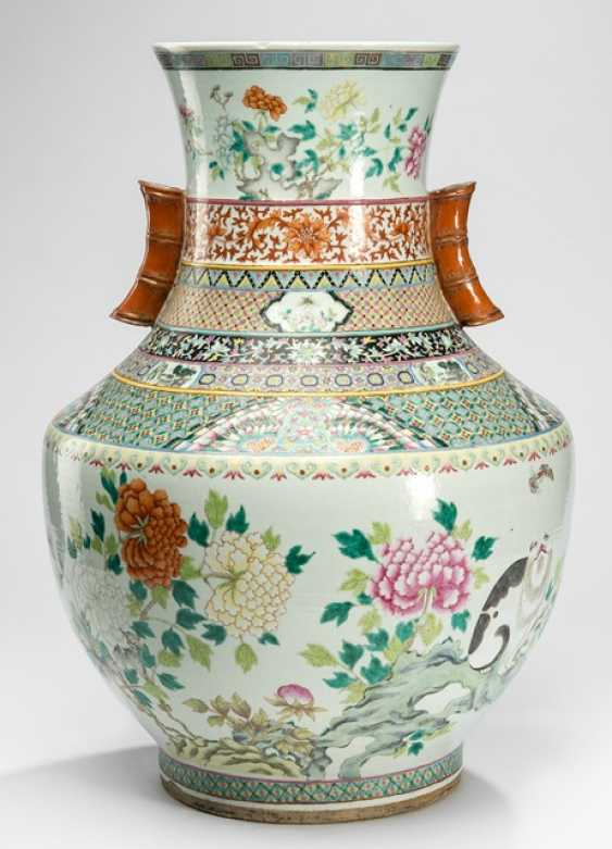 Large Vase made of porcelain with cat, butterflies and peonies - photo 1