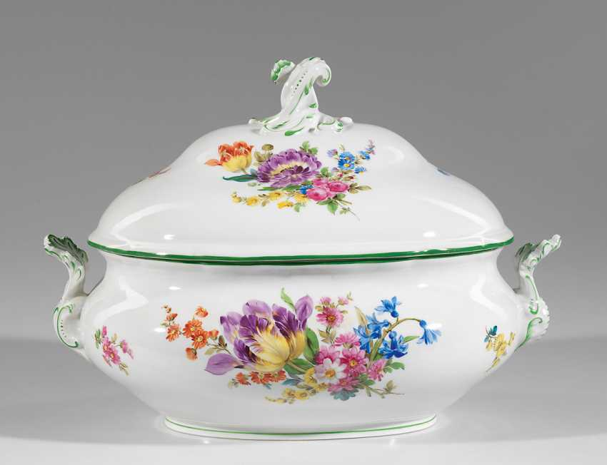 Large lid soup tureen with floral decoration - photo 1