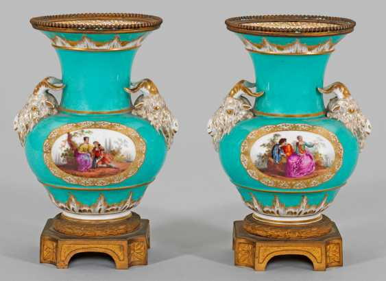Pair of ornamental vases with rams ' heads - photo 1