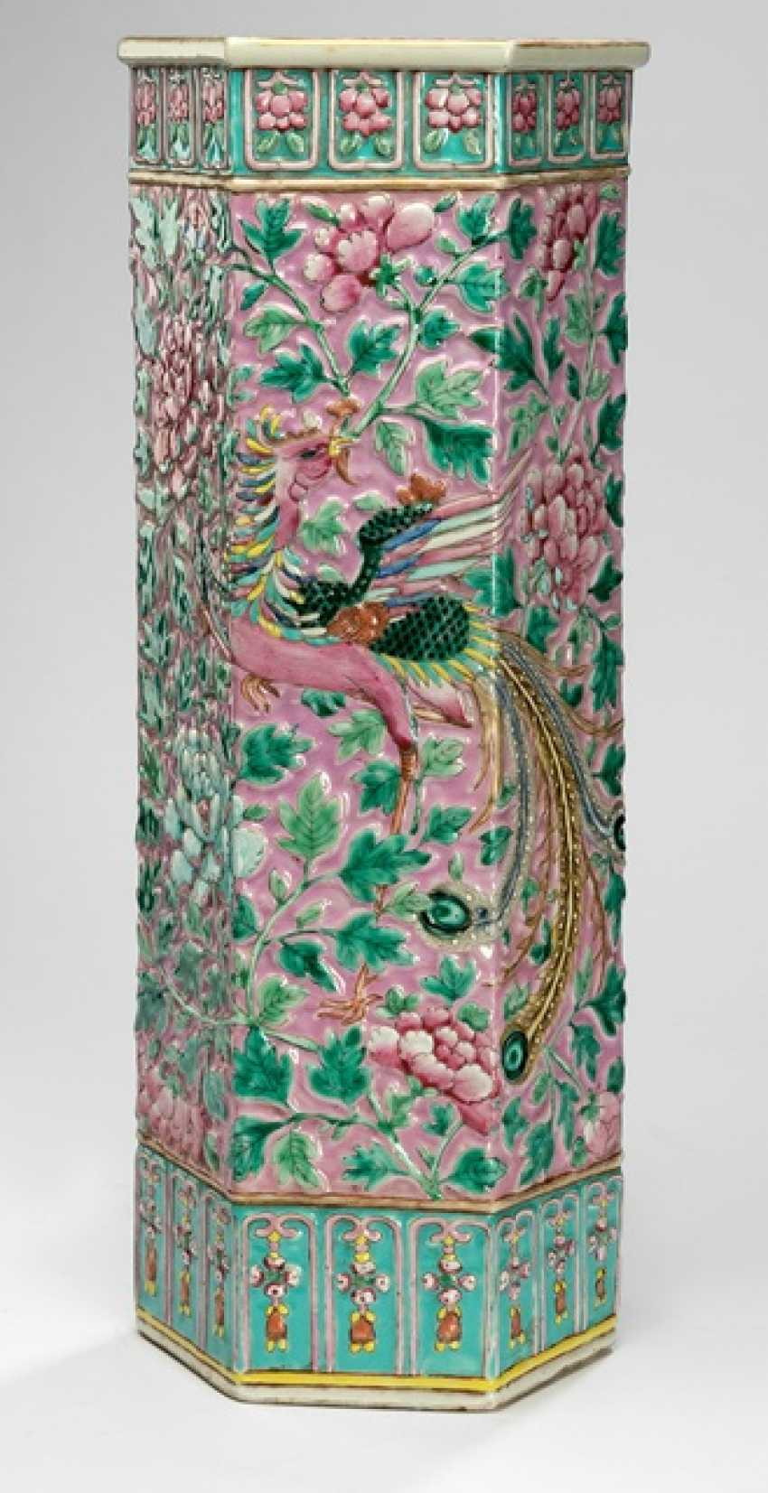 High hexagonal Vase with Phoenix decoration in Relief in the colours of the 'Famille rose' - photo 1
