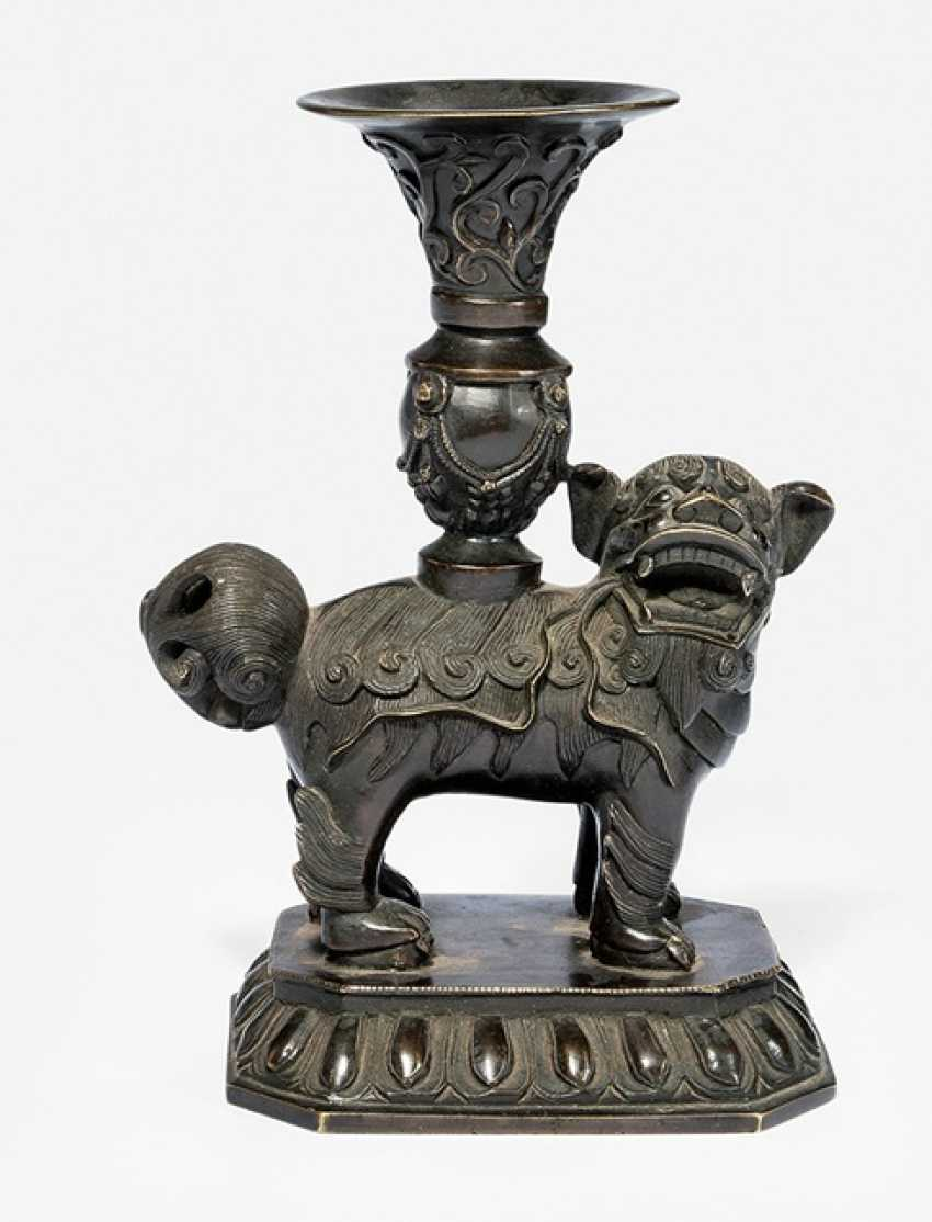 Altar vase Bronze stand in the Form of a Buddhist lion with a 'gu'Vase on Lotus - photo 1