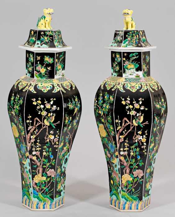 Pair of large Famille noire lid vases - photo 1