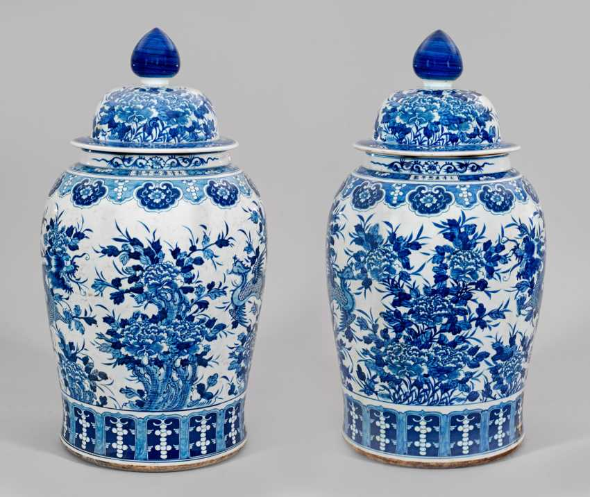 Pair of monumental blue and white lid vases - photo 1