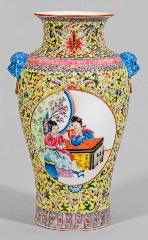 Famille rose baluster vase with figural scenes - photo 1