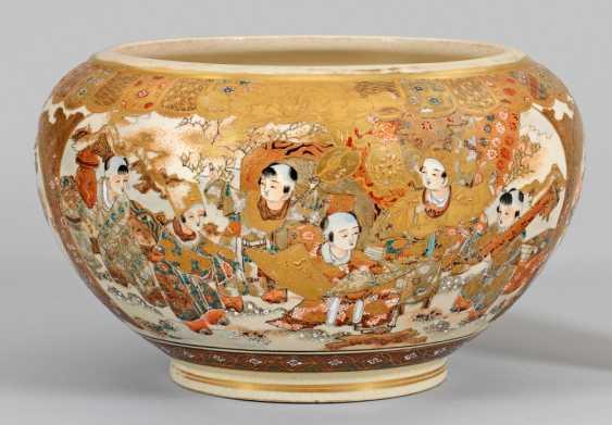 Satsuma vase-Cachepot with figural scenes - photo 1