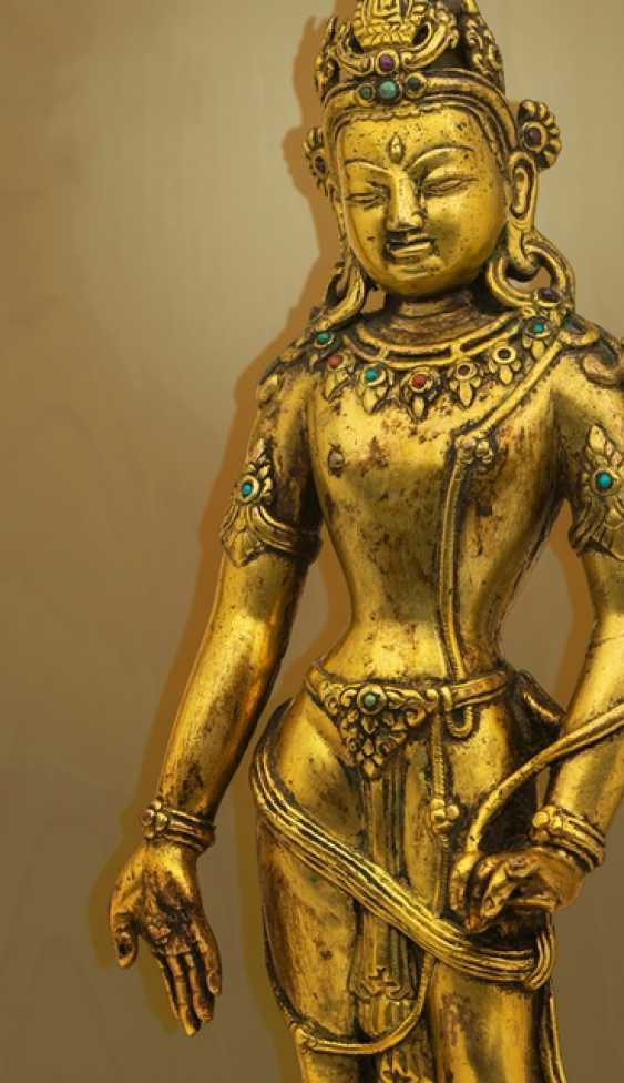 Fire-gilt Bronze of Padmapani on a stone plinth - photo 3