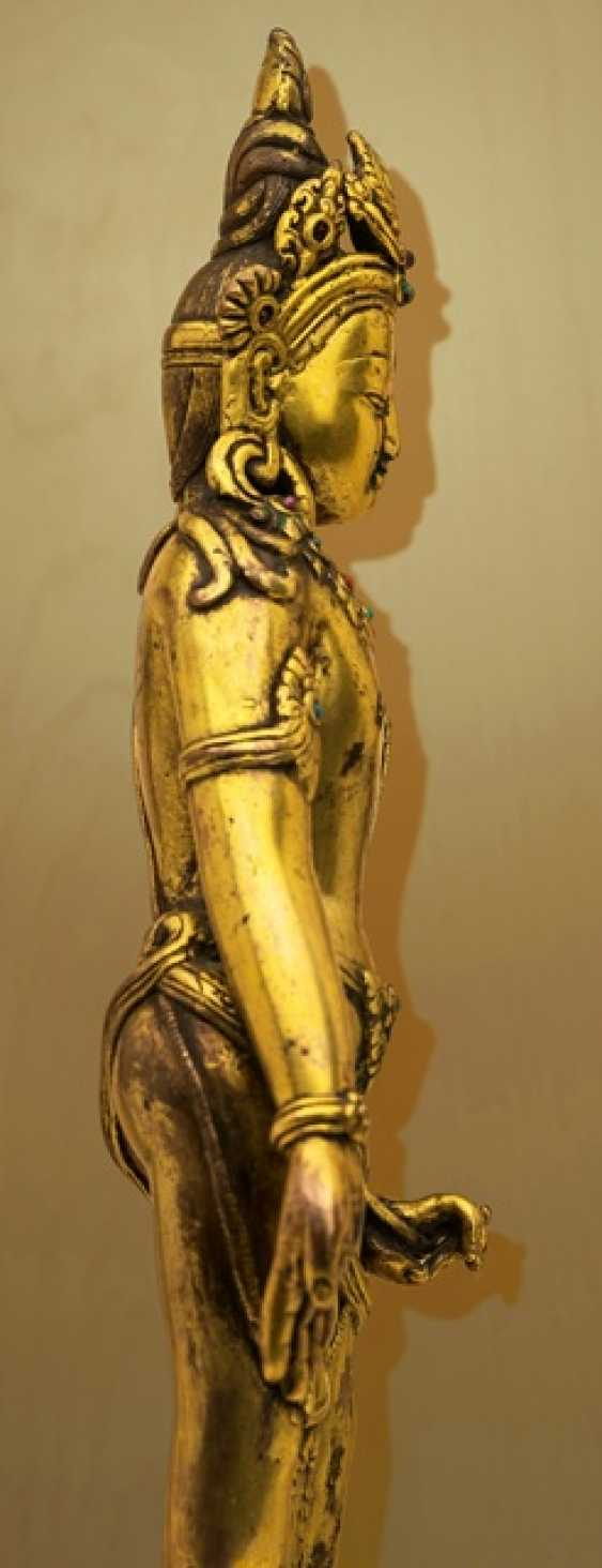 Fire-gilt Bronze of Padmapani on a stone plinth - photo 4