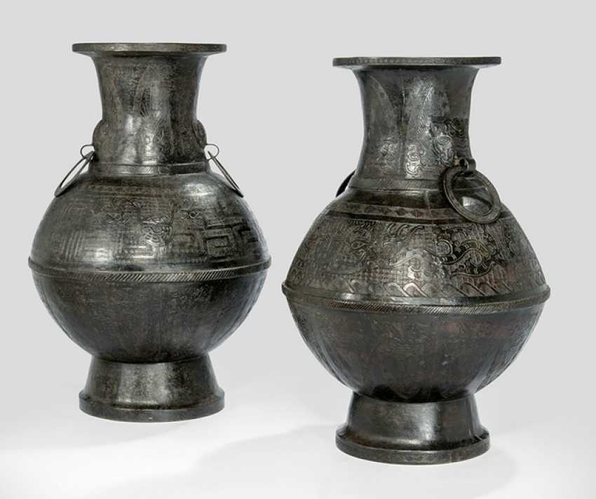 Two 'hu'-shaped vases made from Bronze in archaic style with Ring handle - photo 1