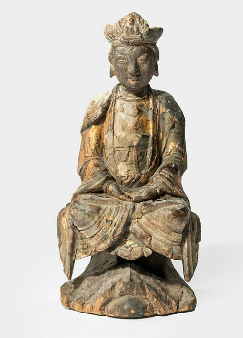 Figure of Guanyin made of wood with remnants of gold plating - photo 1