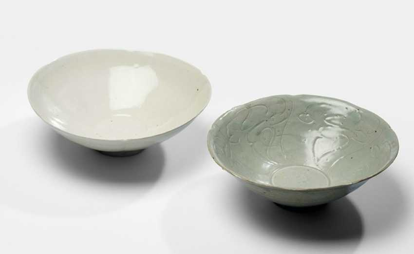 Two easy, five - and six-passig-shaped celadon and 'Dingyao'cups - photo 1