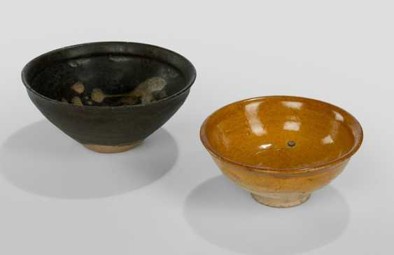 Bowl from Jizhou-Ware with floral decoration and an amber-glazed bowl - photo 1