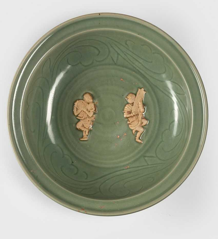 Rare large celadon bowl with unglazed pair of figures in the mirror - photo 1
